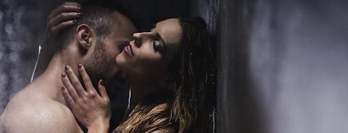 Erotisches Paar unter der Dusche